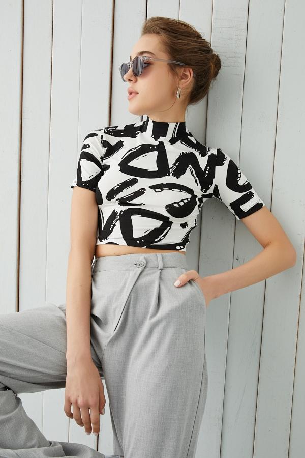Beyaz Harf Desenli Kısa Kol Crop Bluz