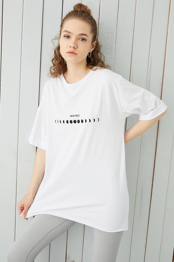Beyaz Ay Evreleri Baskılı Yırtmaçlı Oversize T-shirt